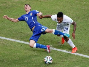 Italy's Marco Verratti (L) falls down in a competition with England's Raheem Sterling during a Group D match between England and Italy of 2014 FIFA World Cup at the Arena Amazonia Stadium in Manaus, Brazil