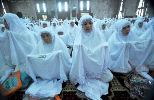 Indonesian Muslim women wear veils received for free to welcome the holy fasting month of Ramadan at Sunda Kelapa Mosque in Jakarta, Indonesia,