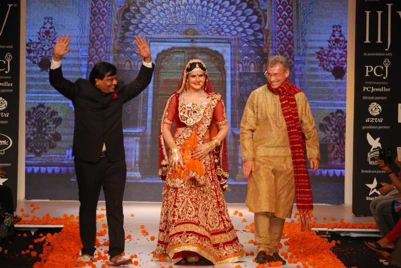Actor Zarine Khan displays the creations of fashion designer Archana Kochhar during the India International Jewellery Week (IIJW) in Mumbai, on July 15, 2014. (Photo: IANS)