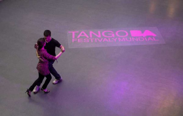 A couple dances tango during the Tango Festival of Buenos Aires, Argentina, on Aug. 15, 2014. (Xinhua/Martin Zabala) (da) (sp)