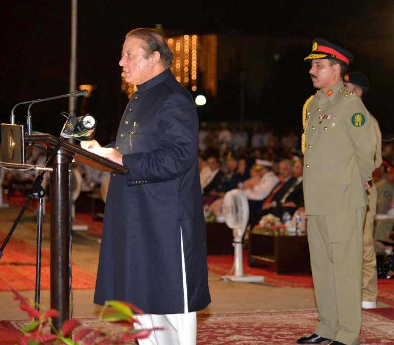 Pakistani Prime Minister Nawaz Sharif (L) addresses a ceremony to mark Pakistan's Independence Day in Islamabad