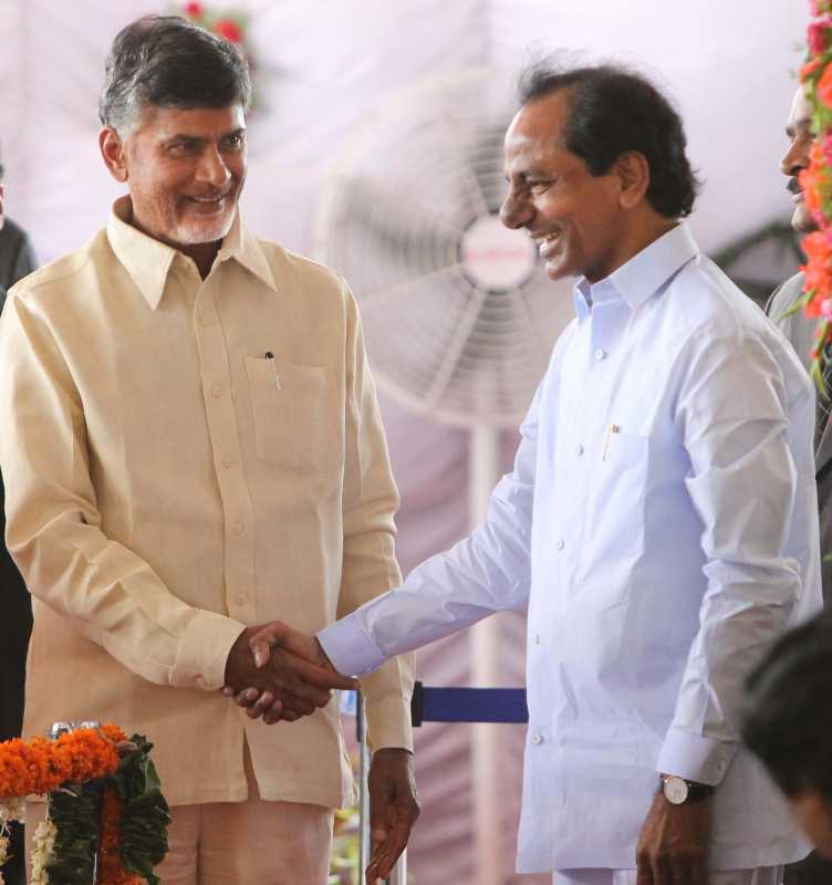 Telangana Chief Minister K Chandrasekhar Rao  with Andhra Pradesh Chief Minister N. Chandra Babu Naidu  (File)
