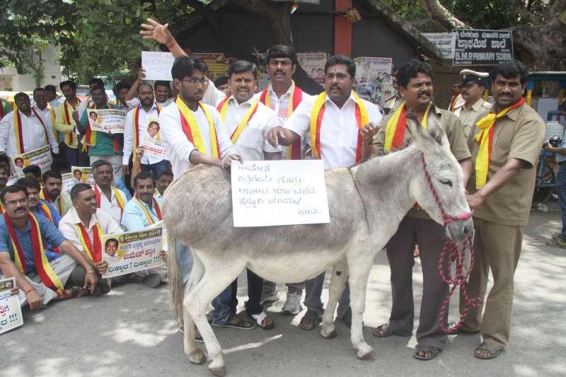 Karnataka Rakshana Vedike workers demonstrate against BJP legislator Umesh Katti's demand for a separate state of North Karnataka in Bangalore, on Sept 17, 2014. (Photo: IANS)