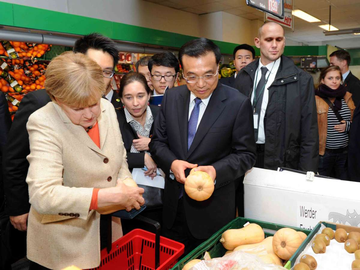 Chinese Premier Li Keqiang (C) and German Chancellor Angela Merkel (L) visit a supermarket after the bilateral governmental consultations in Berlin, Germany (File)