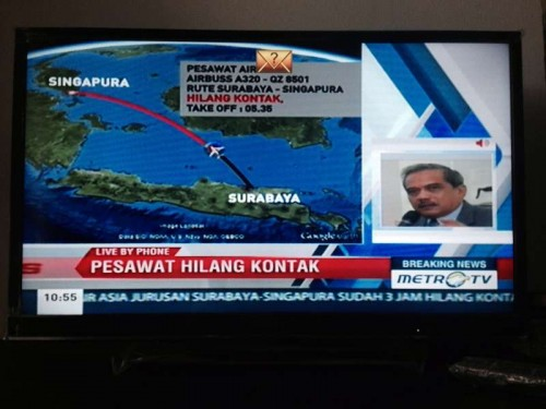 Photo taken on Dec. 28, 2014 shows an Indonesian local television broadcasting the news concerning AirAsia flight QZ8501 losing contact in Jakarta, Indonesia. AirAsia said Sunday in a statement that it confirmed flight QZ8501 from Surabaya to Singapore had lost contact with air traffic control at 7:24 this morning.
