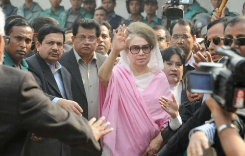 Former Bangladeshi prime minister Khaleda Zia arrives for a court hearing in two graft cases in Dhaka, Bangladesh, Dec. 24, 2014. Bangladesh police Wednesday used tear gas and rubber bullets against opposition men as they locked in sporadic clashes outside a makeshift court in old part of capital Dhaka where ex-Prime Minister Khaleda Zia appeared for hearing in two graft cases.