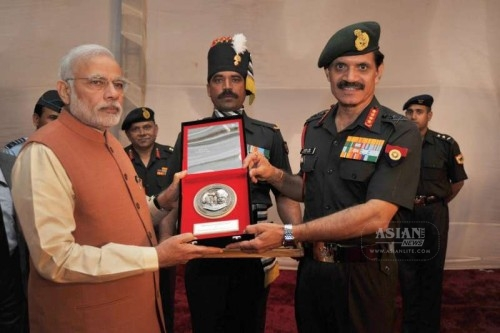 Prime Minister Narendra Modi being presented a memento by the Chief of Army Staff, General Dalbir Singh, at the commemorative exhibition on centenary of First World War, at Manekshaw Centre, in New Delhi on March 15, 2015.