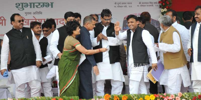 Uttar Pradesh Chief Minister Akhilesh Yadav flags-off a new Indo-Nepal bus service in Varanasi (File)