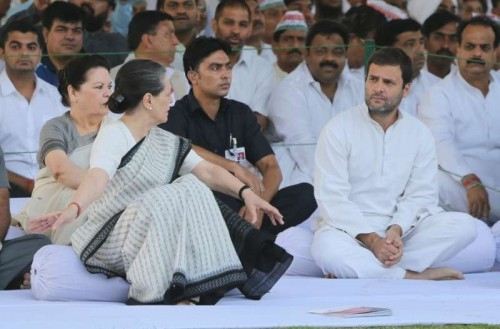 Congress chief Sonia Gandhi and vice president Rahul Gandhi pay tribute to former prime minister Rajiv Gandhi during a programme organised on his death anniversary at Veer Bhumi in New Delhi, on May 21, 2115