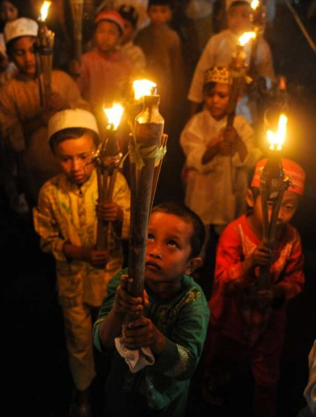 Muslim children attend a torch march to welcome the holy fasting month of Ramadan in Jakarta, Indonesia, June 16, 2015.