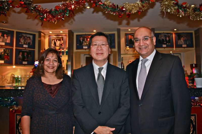Keith Vaz with sister Valerie and a guest (File)