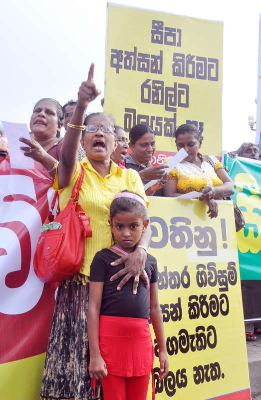 People shout slogans during a protest to call on Sri Lankan Prime Minister Ranil Wickremesinghe not to sign a trade agreement with India in Colombo, Sri Lanka, Sept. 14, 2015. Hundreds of people participated in a protest in Sri Lanka on Monday urging the new government to refrain from signing the Comprehensive Economic Partnership Agreement (CEPA) with India.