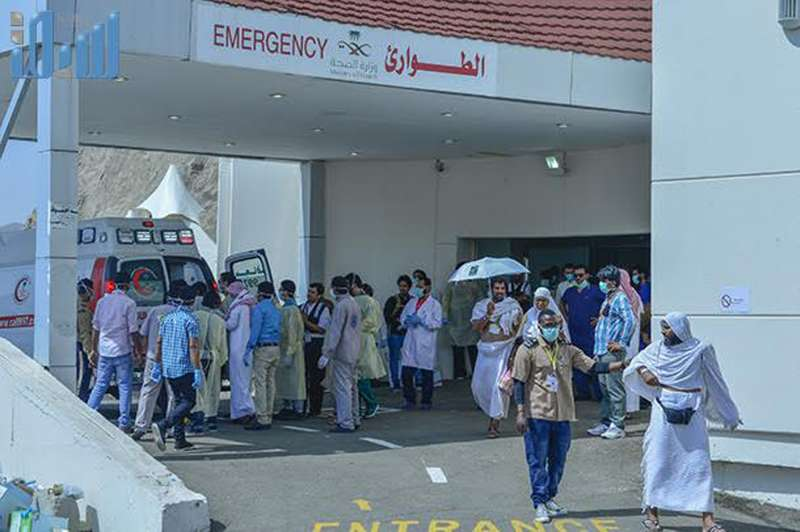 Health workers help the injured near the Saudi Arabia's holy Muslim city of Mecca, Sept. 24, 2015. Saudi Arabia's civil defense authorities said on its Twitter account that 150 pilgrims died and 400 other injured on Thursday in a stampede in Mecca