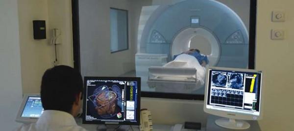 Intraoperative 3 Tesla MRI is an advanced technology imaging device