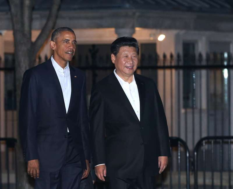 Chinese President Xi Jinping (R) and his U.S. counterpart Barack Obama walk to a private dinner near the White House in Washington D.C., capital of the United States