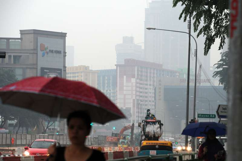 """Haze looms over Singapore's city center, Sept. 28, 2015. The three-hour Pollutants Standard Index (PSI) of Singapore hit 261 at 6 p.m. local time on Monday and reached the """"very unhealthy"""" level."""