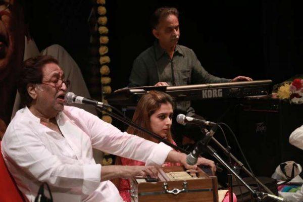 Pt Hridayanth Mangeshkar with his daughter Radha Mangeshkar at the Dubai concert