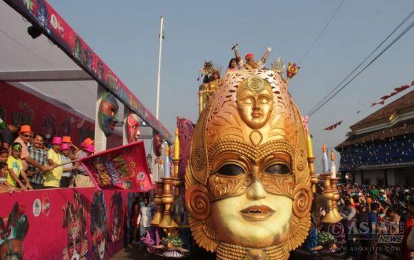 King Momo Shalom Sardinha and Queen Momo Palomi Ghosh (Actress from Konkani movie Nachoia Kumpasar) during the Goa Carnival 2016 parade in Panaji
