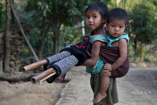 bandarban_tribal_kid_sisterhood