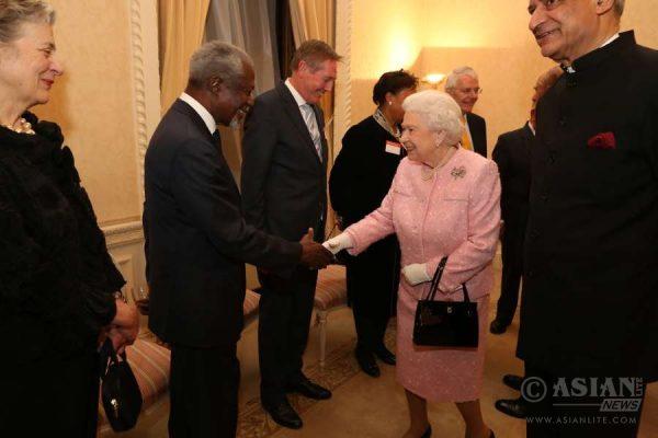 Queen greets Kofi Annan (File)