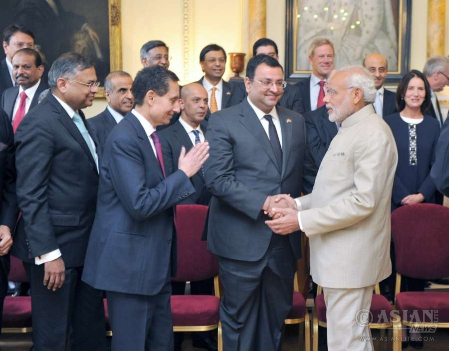 Tata chief Cyrus Mistry with Indian Prime Minister Narendra Modi in London (File)