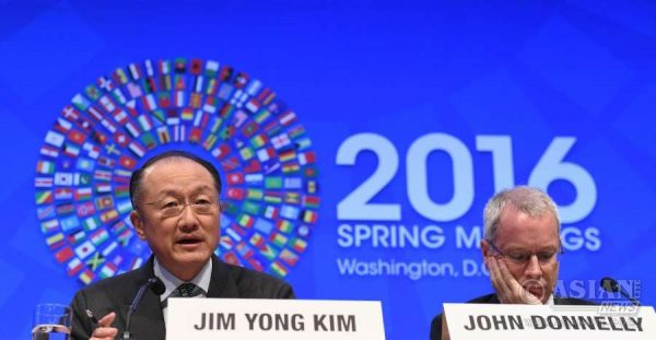 World Bank President Jim Yong Kim (L) speaks at a press conference during the IMF-World Bank 2016 Spring Meetings in Washington D.C., capital of the United States