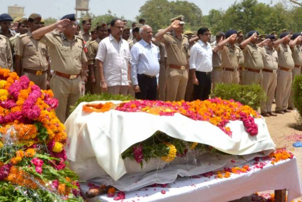 District officials and policemen pay their last respect to Mathura Superintendent of Police Mukul Dwivedi at police lines in Mathura