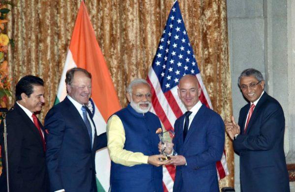 Modi presenting the USIBC Global Leadership Award to Mr. Jeff Bezos, in Washington DC, USA