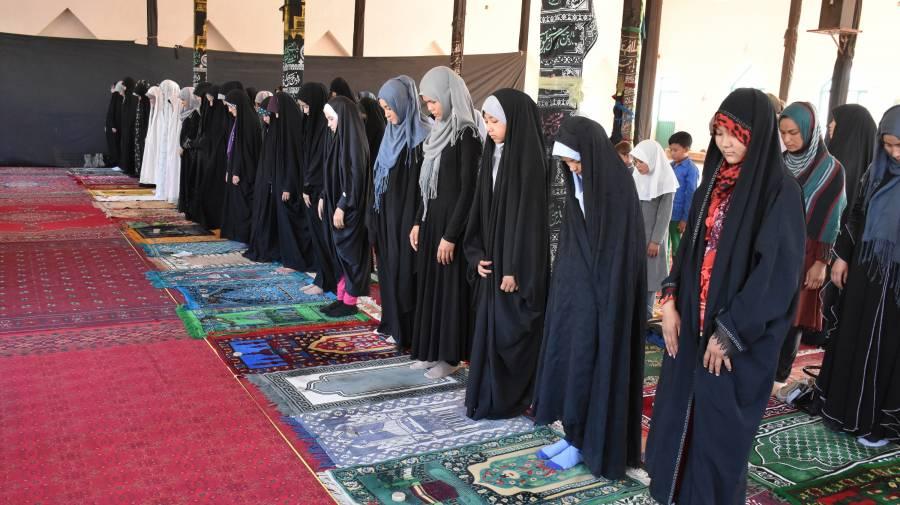 Muslim women praying