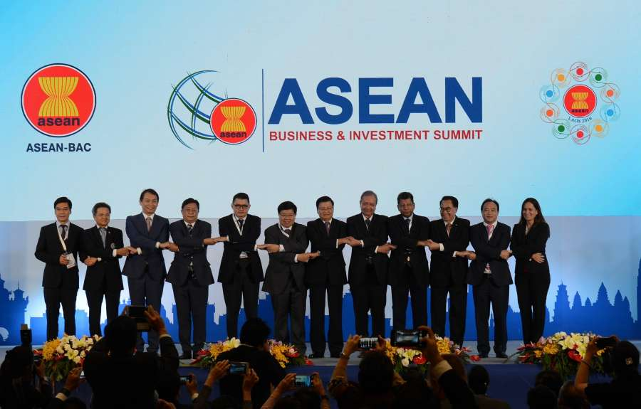 Participants take a group photo at the Association of Southeast Asian Nations (ASEAN) Business and Investment Summit (ABIS) in Vientiane, capital of Laos, Sept. 5, 2016. The ABIS was held here on Monday to explore opportunities in elevating their businesses at the regional level.
