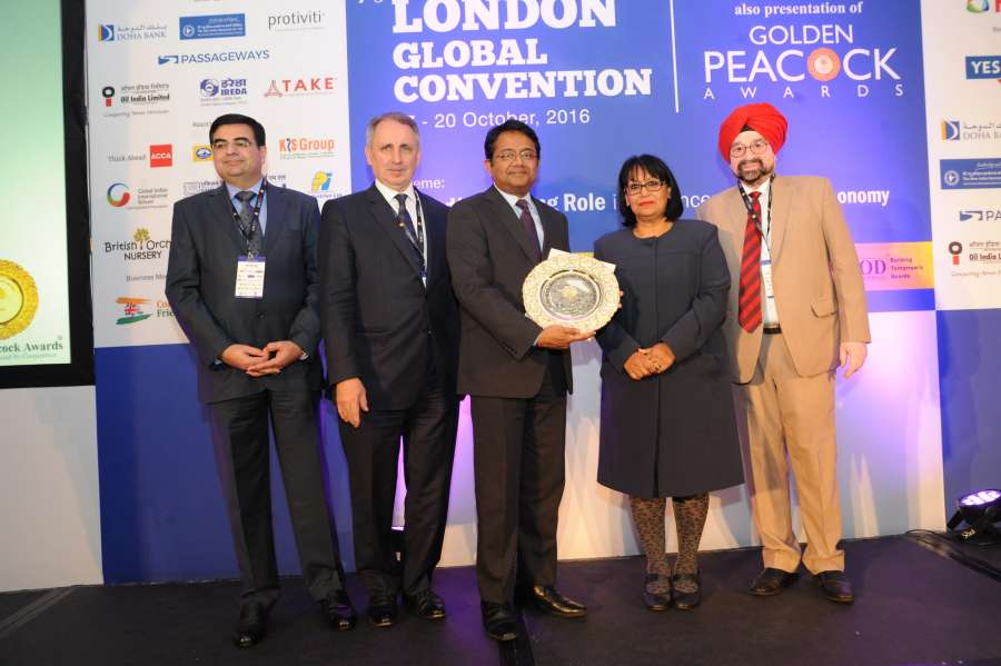 Mr Girish Radhakrishnan, GM, New India Assurance, London, receives the award from Baroness Sandip Verma. Vijay Karia, Chairman and MD of Ravin Group, India, Stephen Haddrill, Chief Executive, Financial Reporting Council, UK, and Lt. General JS Ahluwalia (Retd), President, IOD, India are also seen