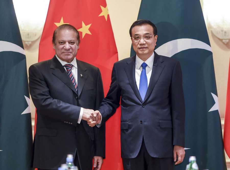 Prime Minister Nawaz Sharif with his Chinese counterpart Li Keqiang