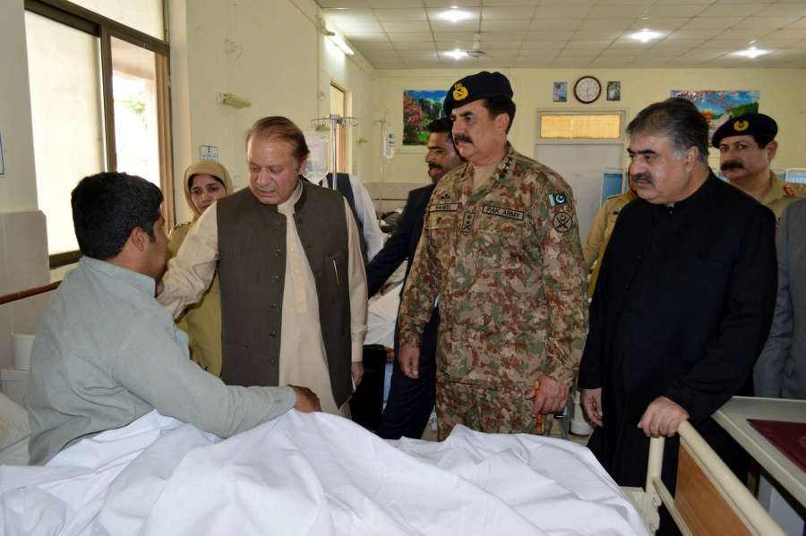 Pakistan Prime Minister Nawaz Shariff visits a hospital along with Army Chief