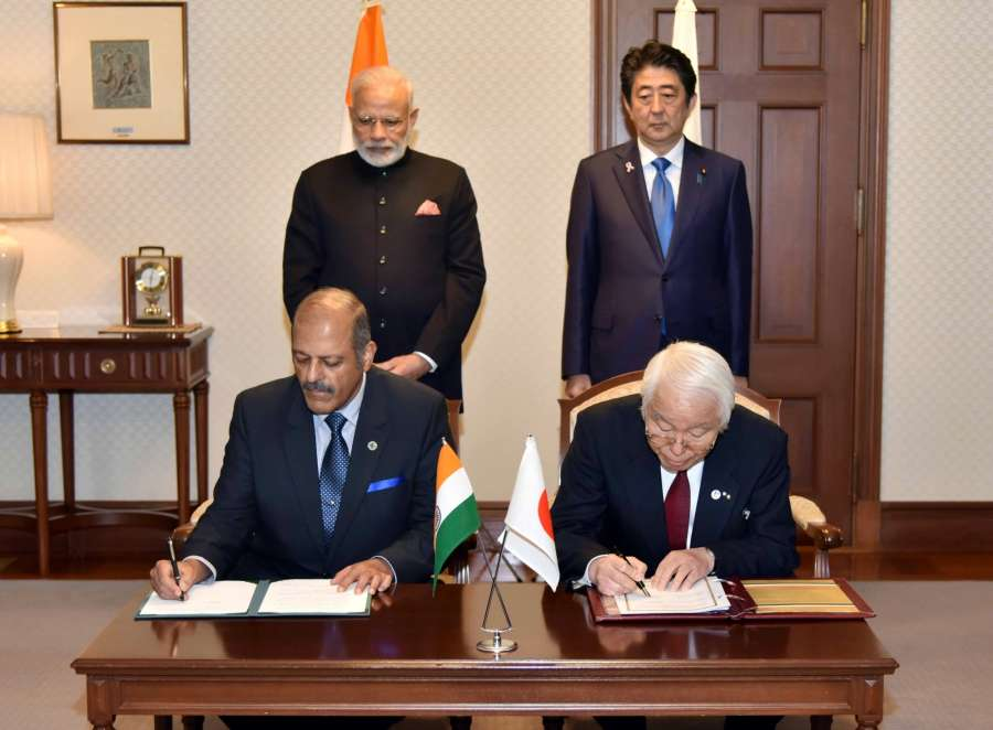 Prime Minister Narendra Modi and Prime Minister of Japan Shinzo Abe witness the signing of MoU of Cooperation between Gujarat Govt. and Hyogo Prefecture, in Japan