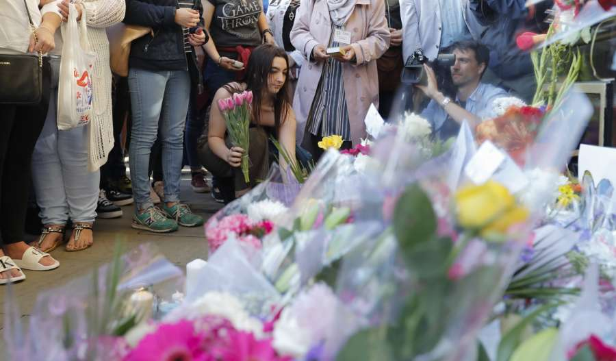MANCHESTER (BRITAIN), May 23, 2017 (Xinhua) -- People attend a candlelit vigil to mourn the victims of Manchester terror attack at Albert Square in Manchester, Britain on May 23, 2017. On Monday night, a suicide terror attack took place at Manchester Arena at the end of a pop concert, killing at least 22 people, several of whom were children, while injuring 59 others. (Xinhua/Han Yan/IANS) by .