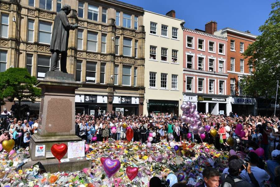 MANCHESTER, May 25, 2017 (Xinhua) -- People observe a minute's silence to honor the victims of the Manchester Arena attack at St. Anne's Square in Manchester, Britain, May 25, 2017. (Xinhua/IANS)(yk) by .