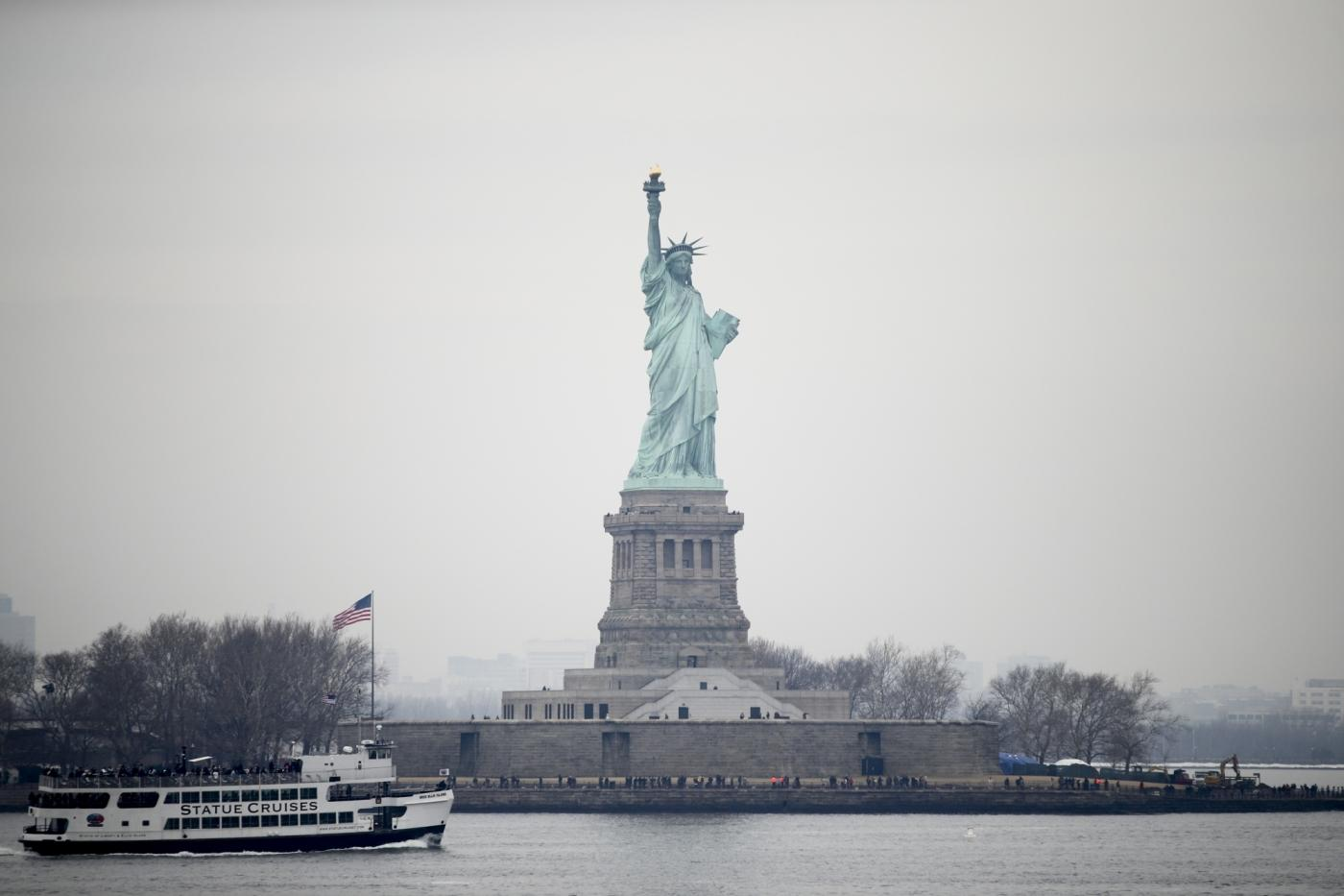 NEW YORK, Jan. 22, 2018 (Xinhua) -- Tourists visit the Statue of Liberty on Liberty Island in New York, the United States, Jan. 22, 2018. New York City's iconic landmark the Statue of Liberty reopened Monday at the expense of state funds following a brief closure as a result of the U.S. federal government shutdown. According to a news release published on New York State Governor Andrew Cuomo's website, the cost of keeping the Statue of Liberty National Monument and Ellis Island open is 65,000 U.S. dollars per day. (Xinhua/Wang Ying/IANS) by .