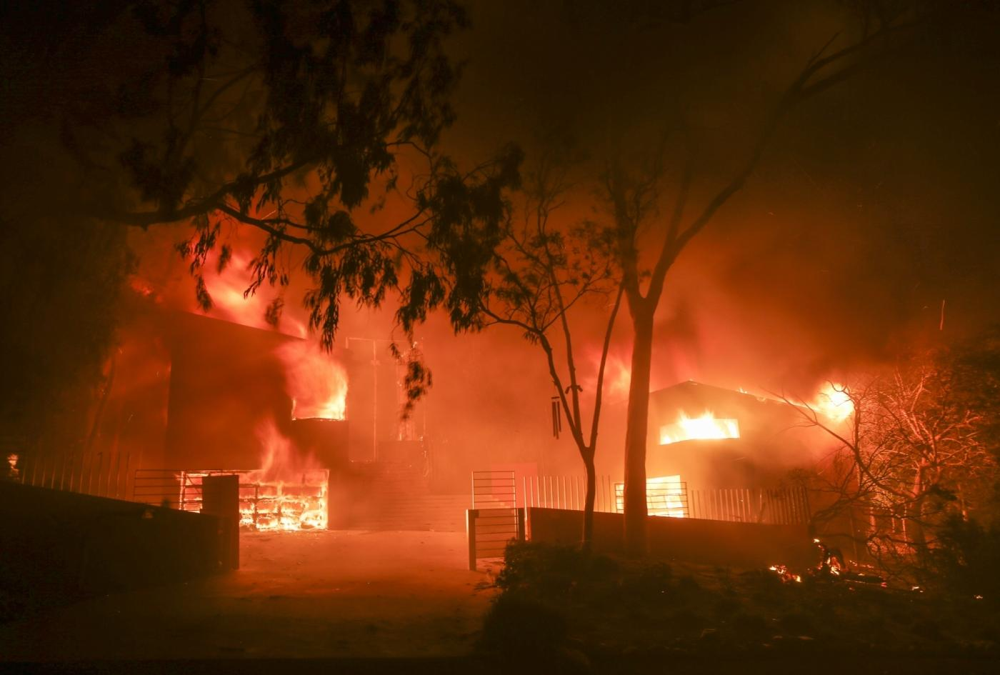 MALIBU, Nov. 10, 2018 (Xinhua) -- Wildfire burns a house in Malibu, California, the United States, on Nov. 9, 2018. (Xinhua/Zhao Hanrong/IANS) by .