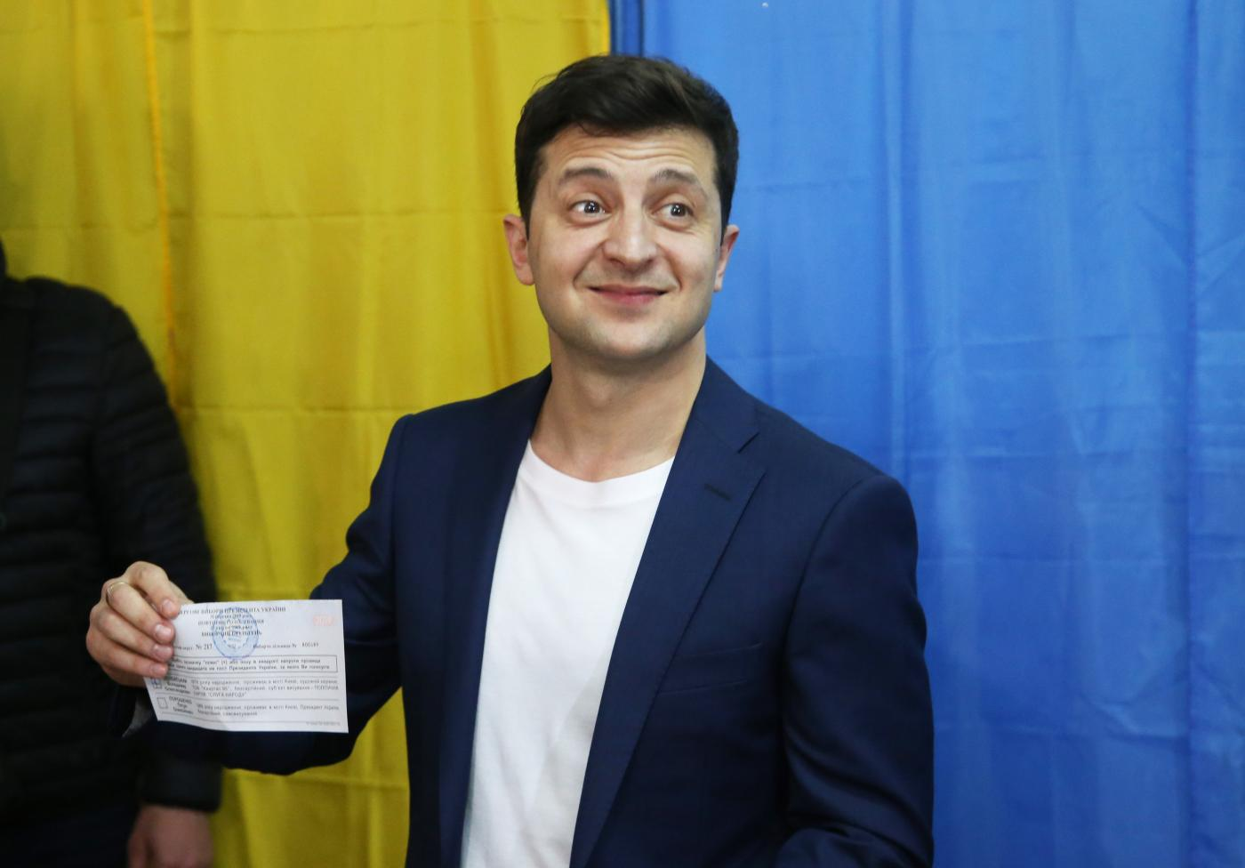 KIEV, April 21, 2019 (Xinhua) -- Candidate actor Volodymyr Zelensky casts his ballot at a polling station in Kiev, Ukrain, April 21, 2019. Ukraine's presidential candidates, incumbent President Petro Poroshenko and actor Volodymyr Zelensky, on Sunday cast their ballots in the second round of the country's presidential election. (Xinhua/Sergey/IANS) by .