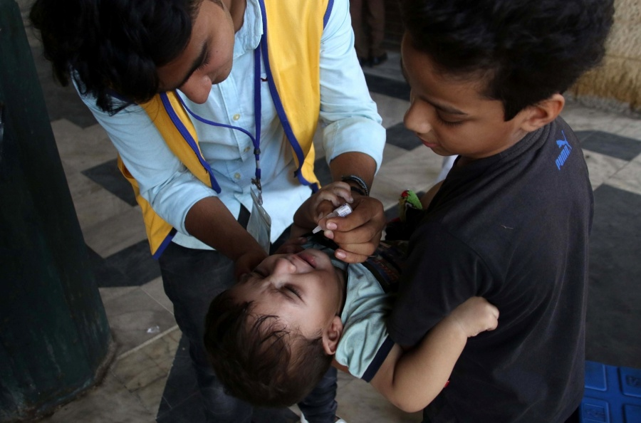 KARACHI, Oct. 24, 2017 (Xinhua) -- A health worker gives polio drops to a child on World Polio Day in southern Pakistani port city of Karachi on Oct. 24, 2017. (Xinhua/Arshad/IANS) by .