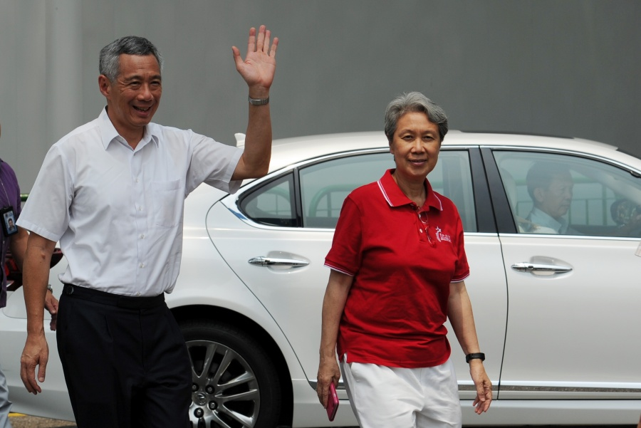 SINGAPORE, Sept. 11, 2015 (Xinhua) -- Singapore's Prime Minister Lee Hsien Loong (L) and his wife Ho Ching arrive at the Alexandra Primary School polling station to cast their ballots, at Singapore's Bukit Merah, Sept. 11, 2015. Singaporeans across the city state went to their designated polling stations on Friday to vote in a general election. (Xinhua/Then Chih Wey/IANS) by .